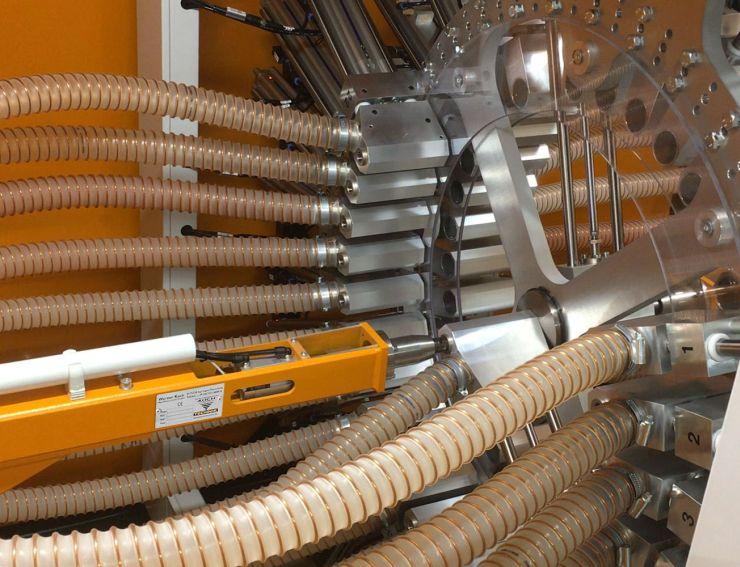Zur Materialverteilung fahren die pneumatischen Schieber des Navigators die gewünschte Material- und die Maschinenleitung in der Mitte zusammen. Bild: Koch-Technik