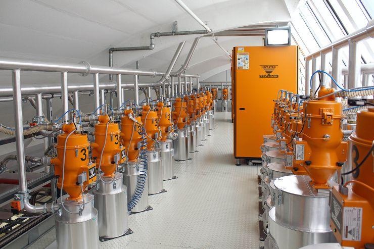Granulattrocknung: Die zentrale Anlage mit insgesamt drei Trockenlufttrocknern, die 38 Trocknungsbehälter mit einer Trockenluftmenge von insgesamt bis zu 1600 m³/h versorgen. Bild: Koch-Technik