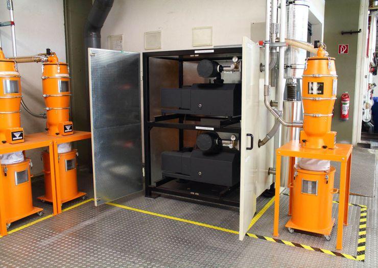 Die Vakuumpumpen arbeiten frequenzgeregelt, was den Energieverbrauch senkt und die materialführenden Leitungen vor Verschleiß schützt. Bild: Koch-Technik