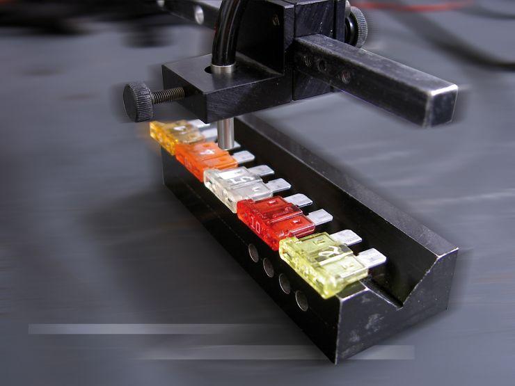 Die Sensoren der Reihe »Colorsensor CFO« sind zur Erkennung minimaler Farbabweichungen konzipiert. Bild: Micro-Epsilon