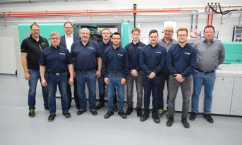 Das Technikum-Team nach der Schulung an den neuen Spritzgießmaschinen von Arburg. Bild: Günther