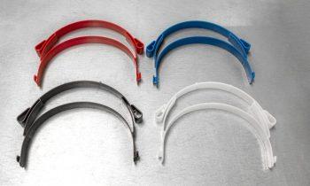 Die Träger des Gesichtsvisiers werden in vier Farben hergestellt (Bild: Wittmann Battenfeld).