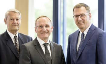 Die geschäftsführenden Gesellschafter Dietmar Weiß (li.), Dipl.-Ing. Bruno Weiss (Mitte), Dkfm. Jürgen Weiß (re.; Bild: Weiss Kunststofftechnik).