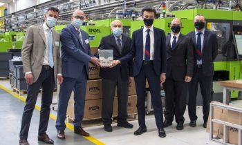 Die Übergabe der 100. Spritzgießmaschine fällt zusammen mit dem 25-jährigen Jubiläum der Partnerschaft der beiden Unternehmen (Bild: Engel).