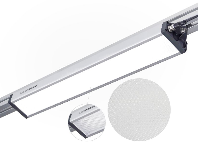 An Systemarbeitsplätzen wird dieLED-Leuchte über die seitlichen Befestigungslaschen montiert (Bild: LED2work).