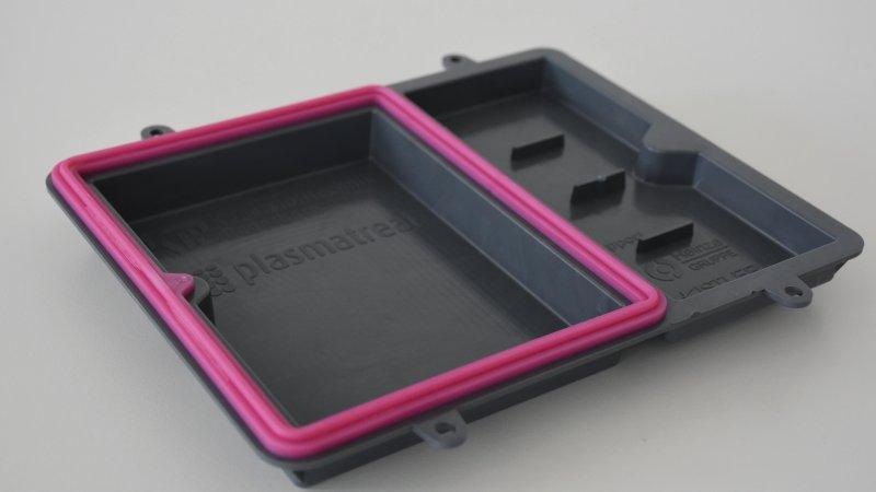 Die Plasmabehandlung eignet sich, um aus inkompatiblen Materialkombinationen industrierelevante, kompatible Kunststoffverbunde herzustellen (Bild: Plasmatreat).