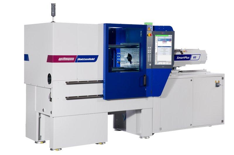 Die neue servohydraulische Spritzgießmaschine produziert auf dem Messestand Radblenden aus Rezyklat und Neuware (Bild: Wittmann Battenfeld).