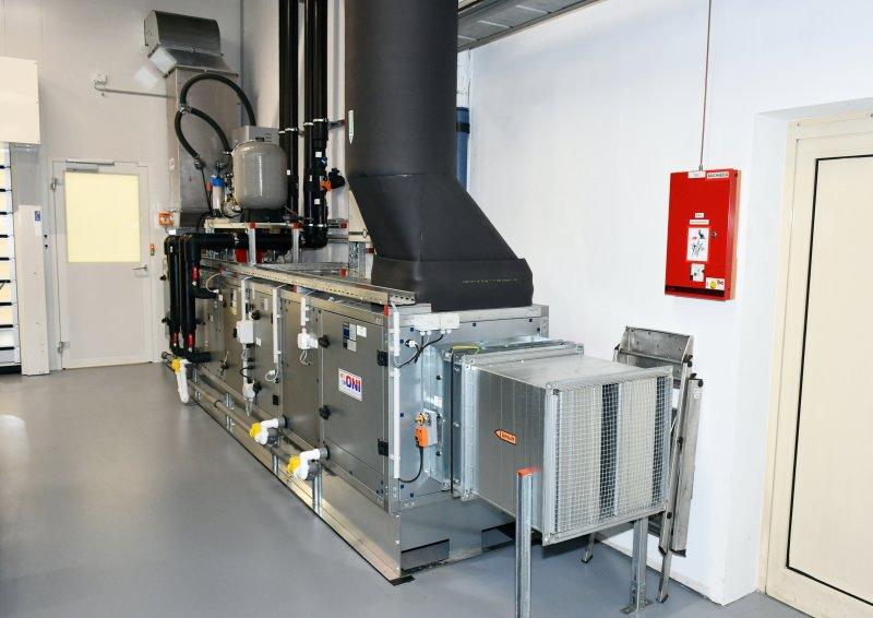 Das Klimagerät ist mit einem Kühlregister zur Kühlung und Entfeuchtung, einem Heizregister zur Nutzung von Abwärme, Filtereinheiten zur Reduzierung der Partikelanzahl sowie einer Befeuchtungseinheit für den Winterbetrieb ausgerüstet (Bild: ONI).