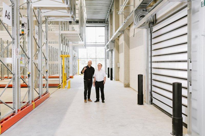 Die geschäftsführenden Gesellschafter Amit (li.) und Josef Wirnik (re.) im neuen, großen Rohstofflager, von wo aus die Compund-Produktion zuverlässig mit Rohstoffen versorgt wird (Bild: pal plast).